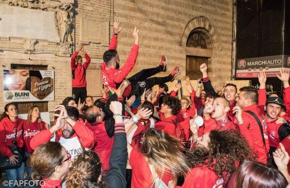 Filippo Giuliani, responsabile Giochi del Rione Moncioveta, portato in trionfo