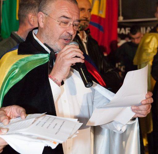 Marco Gnavolini legge i verdetti del Palio