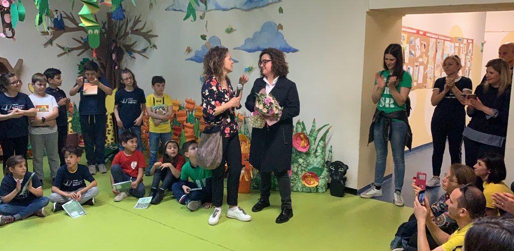 PalioLabo - Federica Moretti riceve il mazzo di fiori dalla direttrice scolastica Stefania Finauro
