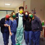 Gli infermieri del Covid Hospital con le mascherine
